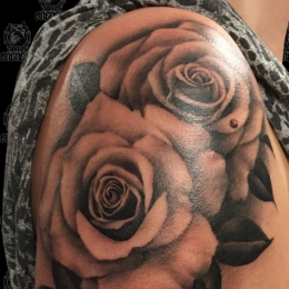 Tattoo Upperarm roses by Madeleine hoogkamer
